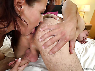 This mature slut wants this guy's tongue on her clitoris before having sex